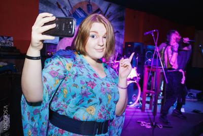 Все увидят меня с ними девушка селфи телефон платье вечеринка концерт ночной клуб