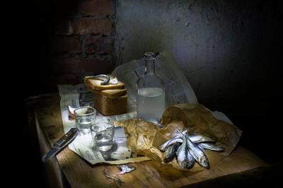 Натюрморт с килькой Бутылка килька хлеб стопки нож