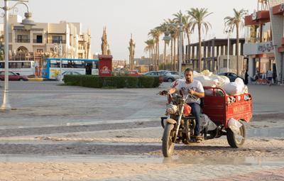 Египетское утро. Египет Хургада утро солнце торговец мотороллер путешествие улица люди