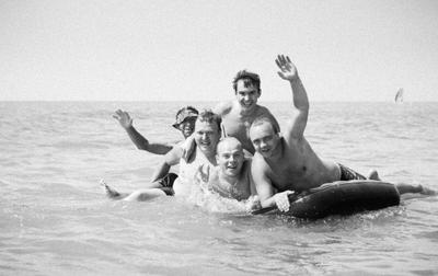 Море радости море лето вода люди ч б радость
