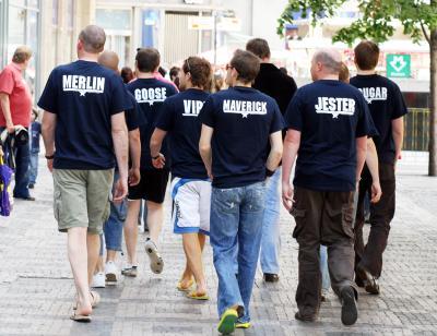 иногда они возвращаются снова бравые хлопцы гуляют по улице
