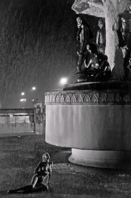 u see фотограф тайланд, фонтан пхукет, дождь, девушка