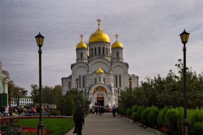 Преображенский собор Собор фонари священник кусты клумба