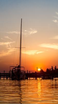 Закатное море море закат небо отражение солнце яхта