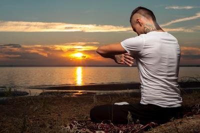 Закатная Медитация взрослый привлекательный фон баланс пляж тело спокойствие уход Кавказская облака концентрация упражнения нужным фитнес свобода трава рука здоровый образ мужчина человек коврик медитация океан один на открытом воздухе мирные люди лицо поза позиция практика