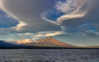 РС отдыхает берег вулкан Камчатка облака РС