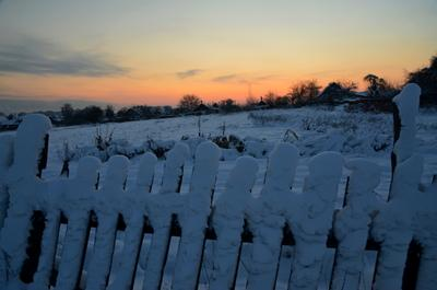 *** зима закат забор
