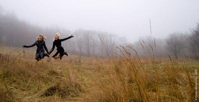 Свобода!!! Полет туман девушки прыжок легкость