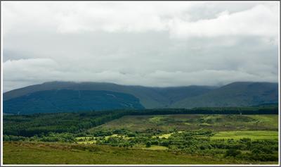 Где гора Бэн Нэвис ? Там за облаками. горы густые облака сочная зелень
