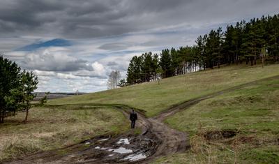 В жизни всегда есть выбор... Облака склон холма перекрёсток дорог прохожий