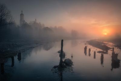 Перед паводком река шерна утро туман рассвет вода монастырь солнце