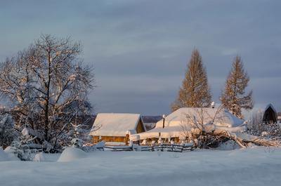 И день за днем, и все по-прежнему Зима снег деревня деревья мороз