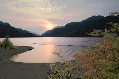 Солнце с горки катится закат озеро горы