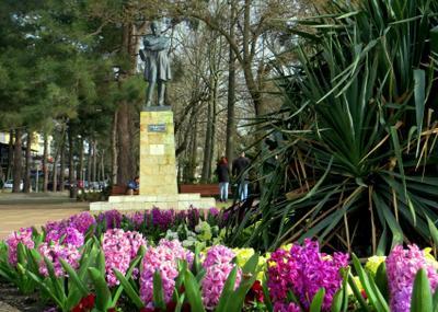 ГЕЛЕНДЖИК. скульптура город цветы весна март