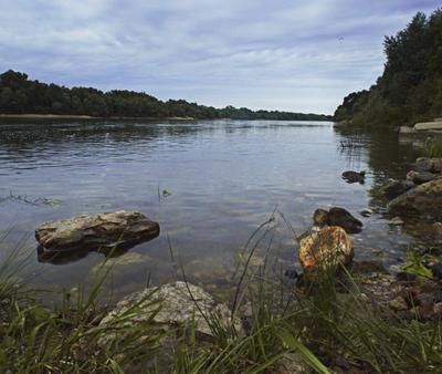 Тишь и благодать Река Ока каменистый берег пасмурный день водная гладь