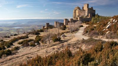Замок Лоарре замок Средневековье Лоарре Испания Уэска пейзаж весна башня стена горы скалы музей кино