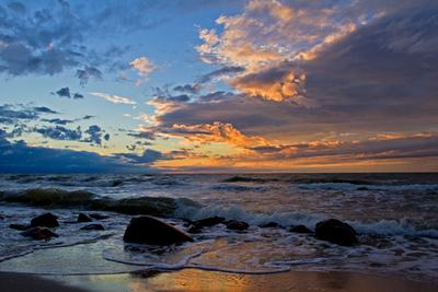 Летний закат Пейзаж закат море камни брызги волны.облака