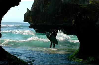 Сквозь скалы к волнам! Улувату Бали серфер surfer bali