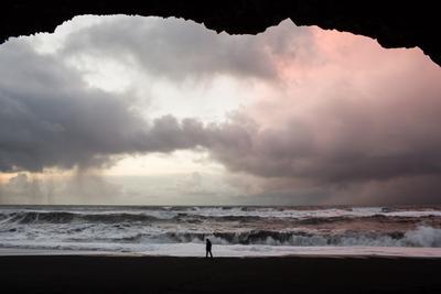 Философия одиночества океан рассвет пещера берег облака исландия