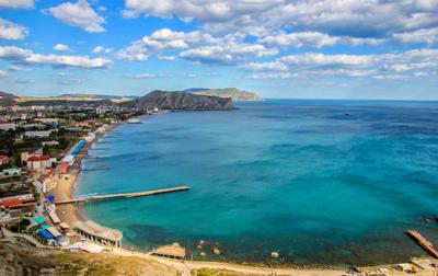 Судакская бухта россия крым бухта судак Чёрное море пляж песок вода прибой волна песчаный откос гора май 2021 небо облака