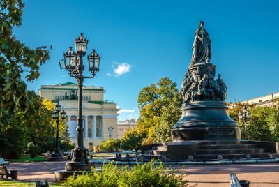 Памятник императрице Екатерине II у Александрийского театра.