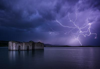 Потопленная и освещенная пейзаж молния озеро церковь