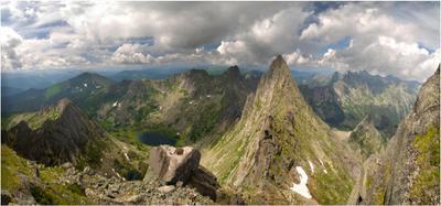 Под  облаками горы скалы облака Ергаки