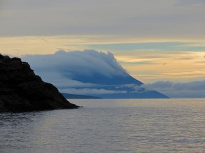 Вулкан Атсонупури окутан туманом. итуруп курилы горы вулканы атсонупури