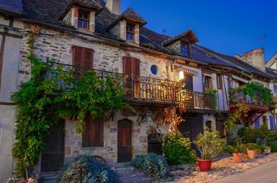 *** Нажак Франция Юго-Запад Франции деп Аверон Окситания ночь фасады