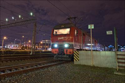 Поезд на Москву отправляется с платформы № 2 Ладожский_вокзал перрон поезд электровоз ЭП2К-239