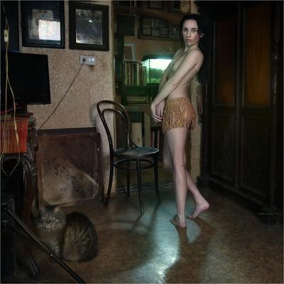 model in an ordinary interior with cat dakimo.ru
