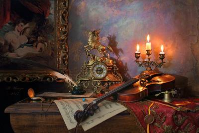 Натюрморт со скрипкой и картиной скрипка девушка картина свечи часы