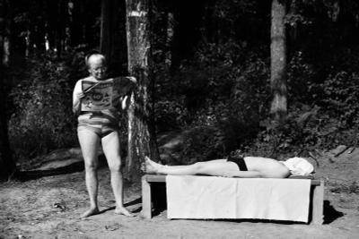 Лето лето бабушка читает газету мужчина лежит на скамейке загарает