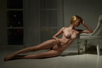 Midnight девушка модель profoto студия ню поза изящно рыжая голубые глаза окно ткань худоба косточки кости ребра