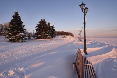 Снежные барханы Утро набережная фонарь скамейка