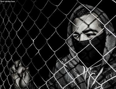 Взгляд. россия ростов ростов-на-дону портрет взгляд глаза забор ограничения возможности черно-белое преграда ночь маска человек