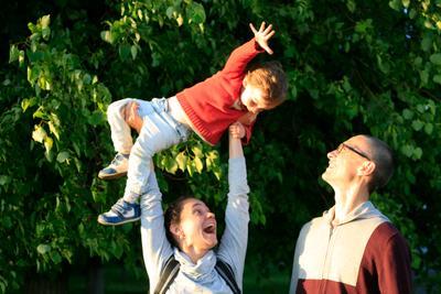 Счастливое детство Семья ребенок игра счастье лето