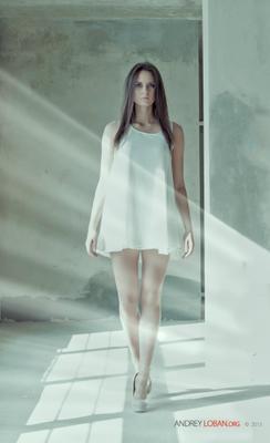 Девушка в лучах солнца девушка, лучи