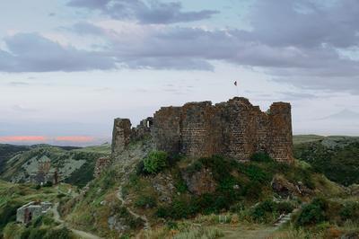 Старый замок на горе Арагац 10-13 века