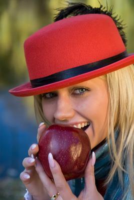 Запретный плод  осень девушка яблоко шляпка