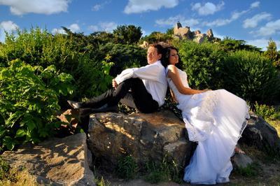 спина к спине свадьба, камни, сад