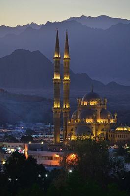 Мечеть Аль-Сахаба вечером, Шарм-Эль-Шейх, Египет.