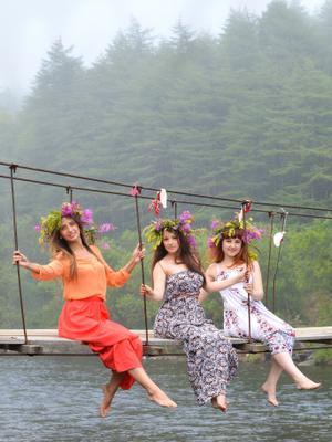 На Ивана Купала лето ивана купала девушки природа мост красота цвета венки