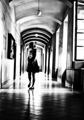 Исследуя своё одиночество. Коридор Коридор девушка взгляд котик тени окна акри архитектура