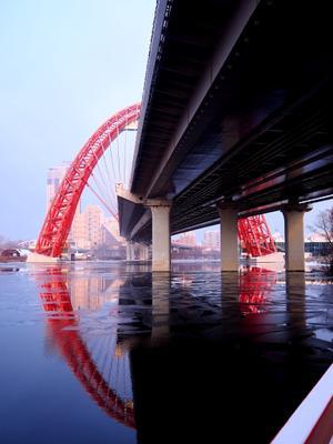 Почти замкнулся... живописный мост