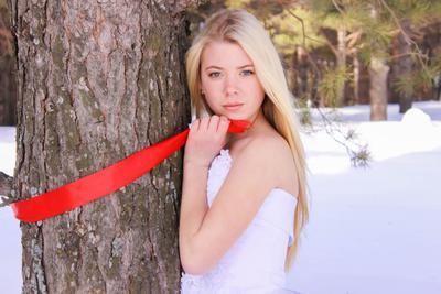***Юность... Девушка свадебное платье зима лента красный