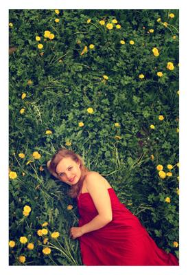 весна в красном весна красное платье одуванчики сад