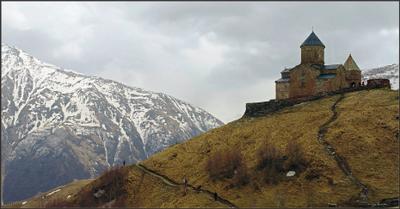 Рядом с облаками Грузия Троицкая церковь Цминда Самеба храм Святой Троицы Гергети горы