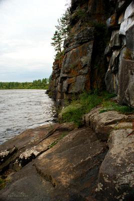 Скальник на порогах реки Ия Ия река природа Тулунский вечер скалы