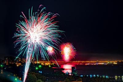 Праздничный салют и фейерверк 9 мая 2016 в городе Волгограде салют фейерверк победа праздник 9 мая волгоград ночь панорама